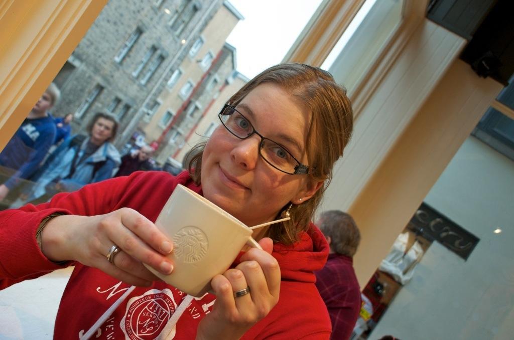 Marcella bij de Starbucks in Edinburgh, Schotland