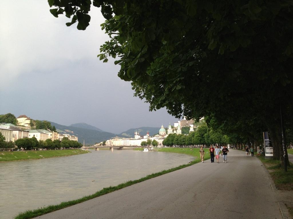Wandelpromenade langs rivier de Saalach in Salzburg