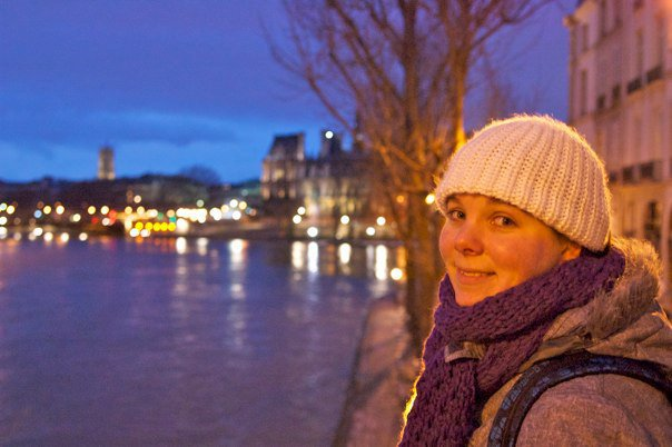 Marcella bij het water in Parijs