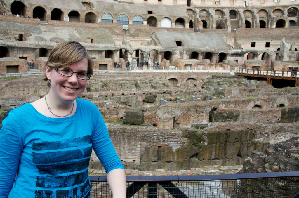 Marcella in het Colosseum in Rome