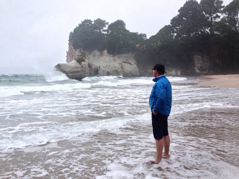 Jan bij Cathedral Cove, New Zealand