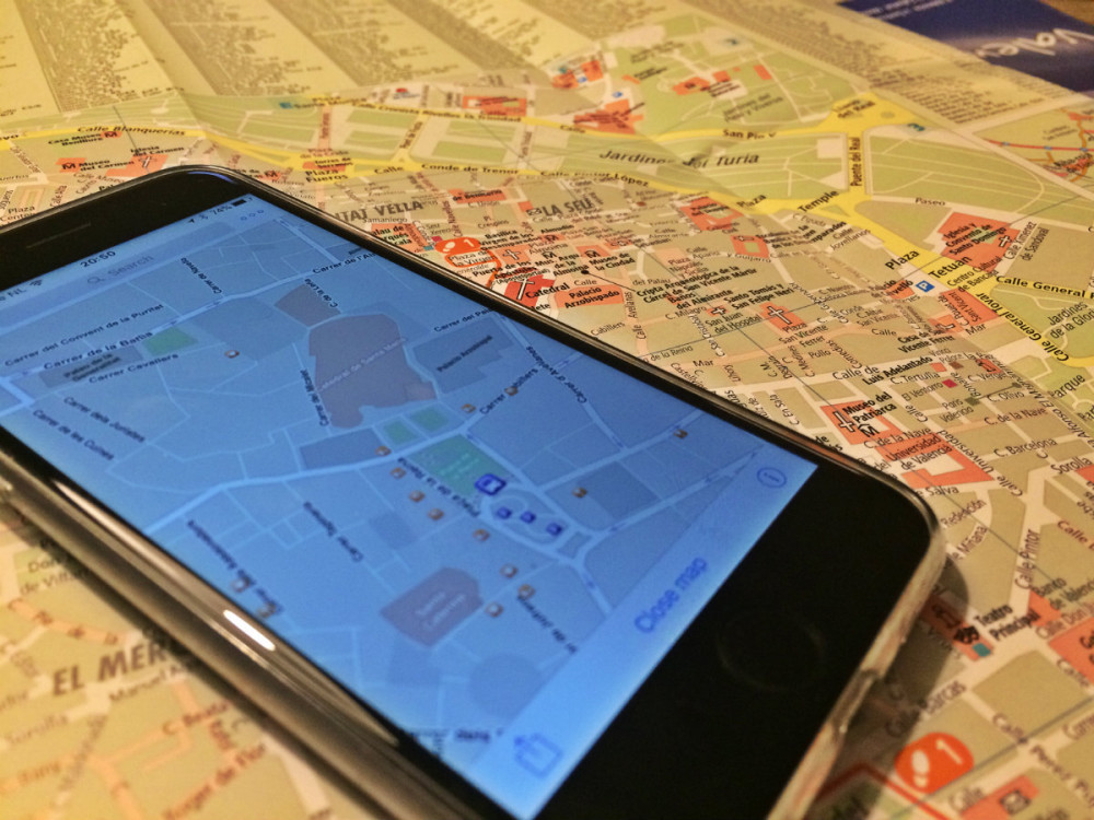 De app OffMaps2 op een papieren kaart